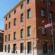 Imatge de l'entrada de l'Ateneu l'Harmonia, recinte Fabra i Coats. Sant Andreu. Barcelona
